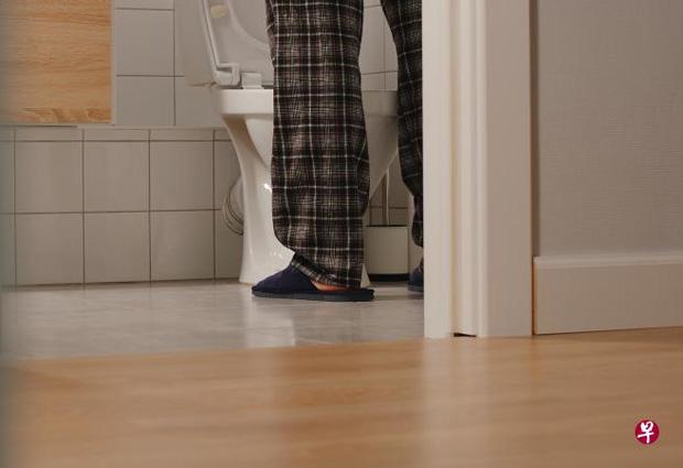 每天半夜起身上厕所排尿数次,严重影响睡眠品质,也危及健康。(iStock图)
