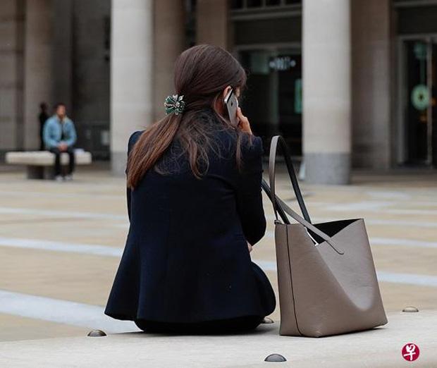 低头看手机或上网工作,都会犯低头族症状,所以日常活动不能忽略人体工学。(互联网)