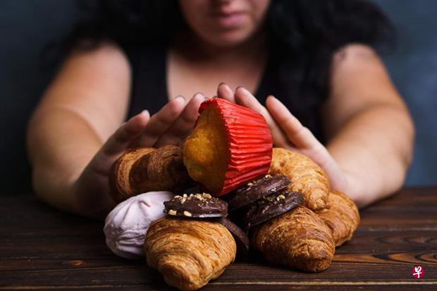 糖主要有两种,即天然糖和添加糖。含有天然糖的食物能提供人体所需的 营养,饮料和食物中的添加糖不含任何有益的营养成分,则会增加热量摄 入。 (iStock图片)